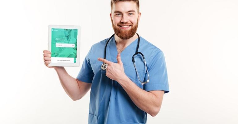 Homem médico segurando ipad.jpg
