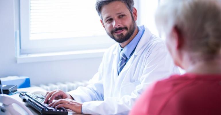 doutor-interagir-com-o-paciente-no-consultorio-medico-no-hospital_1170-2093