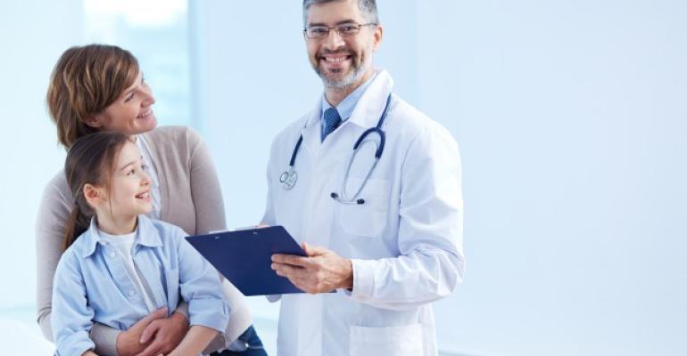 doutor-feliz-segurando-uma-prancheta-com-pacientes_1098-2176