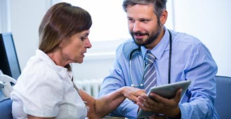 doutor-masculino-discutindo-com-o-paciente-sobre-tabuleta-digital_1170-2164